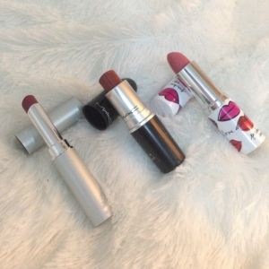 Lipstick andalan : Wardah Choco Town, Mac Taupe, & Clonique matte beauty (entah shade apa)